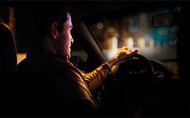 Man kör bil mitt i natten